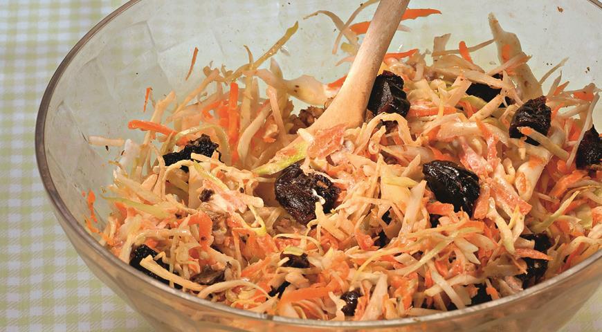 Салат из капусты с черносливом